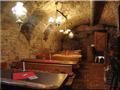 Grandioses Essen bei Kerzenlicht und Holzfeuer-Wärme im Felsenkeller ...